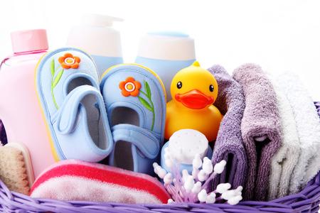 cesta llena de accesorios de bebé - niños