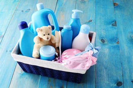 mandje van baby benodigdheden op blauwe achtergrond - babytijd Stockfoto