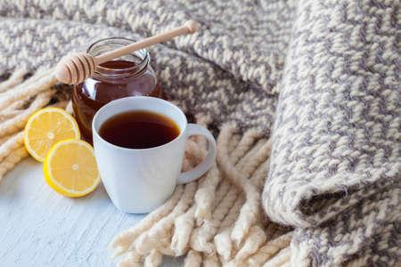 una taza de té caliente con una manta de limón - comida y bebida