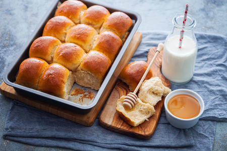 brioche buns with honey and milk - food and drink Banque d'images