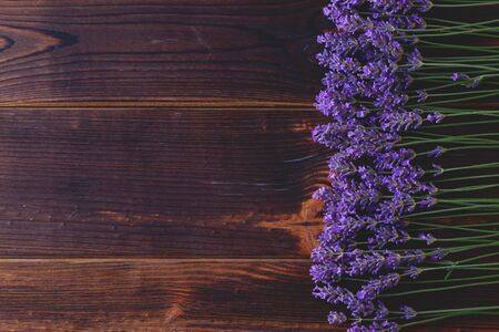 lavender flowers on wooden background - beauty treatment Banque d'images