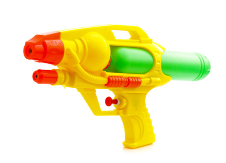 Plastic waterpistool dat op witte achtergrond wordt geïsoleerd