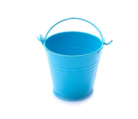 Cubo de metal azul vacío aislado sobre un fondo blanco. Foto de archivo
