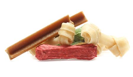 os et bâtons colorés pour chien régal avec vitamine et santé bucco-dentaire sur fond blanc Banque d'images