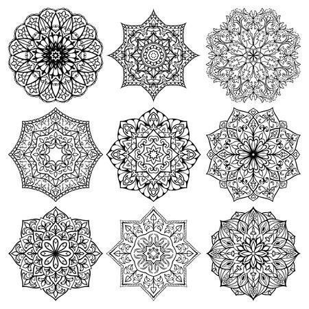 Set van mandala's. Verzameling van gestileerde sterren en sneeuwvlokken. Vector ronde etnische ornamenten. Sjabloon voor borduren. Schetsen voor tatoeage. Bouwkundig decoratieve details. Stock Illustratie