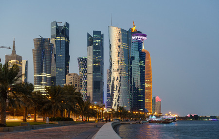 Doha Skyline di ora blu Archivio Fotografico - 84337346
