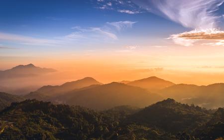 Zonsopgang boven de berg Stockfoto