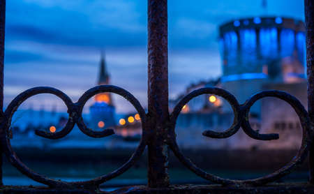 Panoramic view of the old tower of La Rochelle at blue hour. fence in the foreground 版權商用圖片