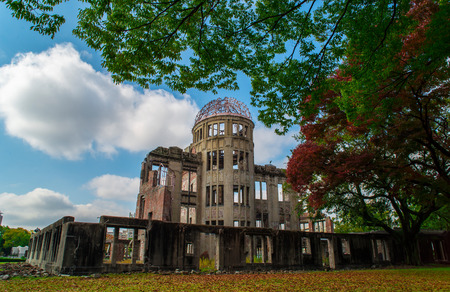 bombe atomique: Atomic Bomb Dome is part of the Hiroshima Peace Memorial Park in Hiroshima, Japan