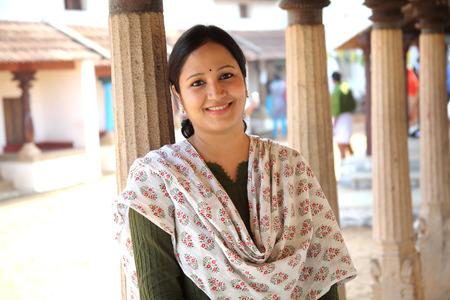 Fröhliche indische Frau im Freien