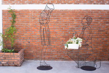 公共の公園で愛のカップルとスチールの曲線デザインを飾る。