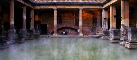 columnas romanas: Roman Baths situado en el Suroeste de Inglaterra  Foto de archivo