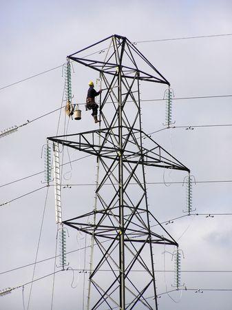 torres el�ctricas: Potencia lineman escalada torre de electricidad  Foto de archivo