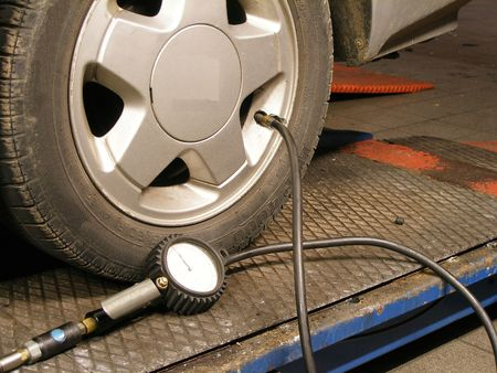 to inflate: tyre pressure Stock Photo