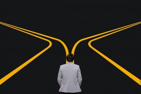 Zeit der Entscheidung für eine Karriere mit einem Business-Mann am Scheideweg