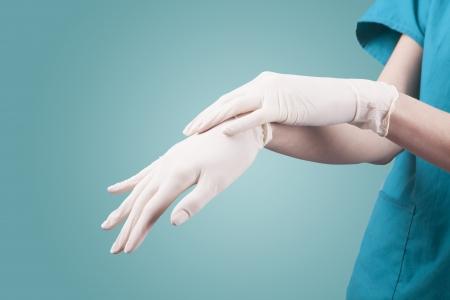 kesztyű: nő sebész orvos viselni kesztyűt műtét előtt Stock fotó