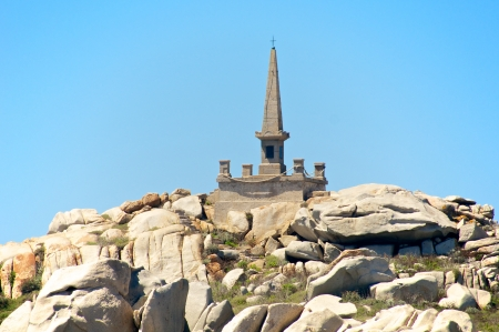 Granite pyramid dedicated to the victims of the Sémillante shipwreck, Lavezzi island, Corsica, France Standard-Bild