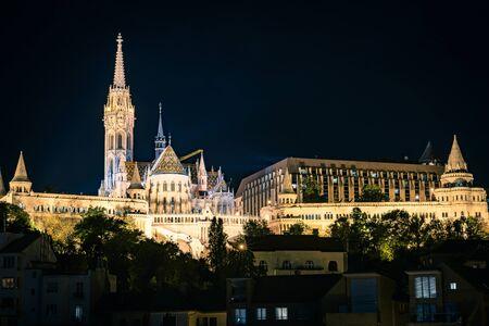 Fisherman's Bastion and St. Matthias church at night in Budapest, Hungary Standard-Bild