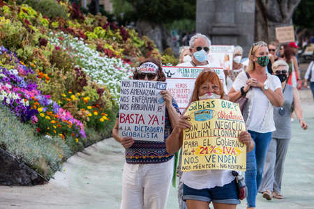 Santa Cruz de Tenerife, Spain: A group of deniers of coronavirus during a demonstration protest against the excessive restrictions to fight the coronavirus Publikacyjne