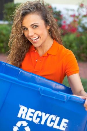 papelera de reciclaje: Mujer bonita celebraci�n de la papelera de reciclaje sonriendo Foto de archivo