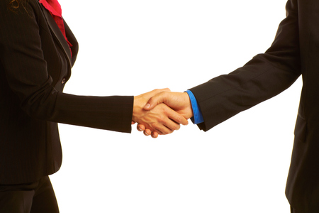 estrechando mano: Apret�n de manos sellando el acuerdo aislado en blanco.