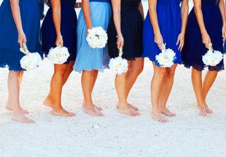 결혼식: 키 웨스트 플로리다 해변에서 꽃을 들고 신부와 그녀의 신부 들러리 스톡 콘텐츠