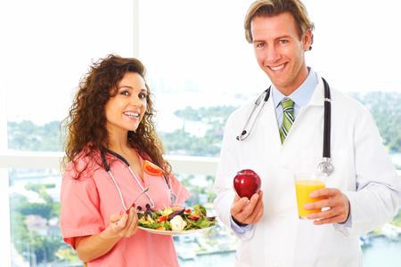good health: verpleegkundige en arts die de gezondheid van voedsel als een recept voor een goede gezondheid.