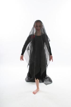 vale: Dziewczyna tańczy w czarny czarny padole, ubrany mak pamiętając martwych wojny Zdjęcie Seryjne