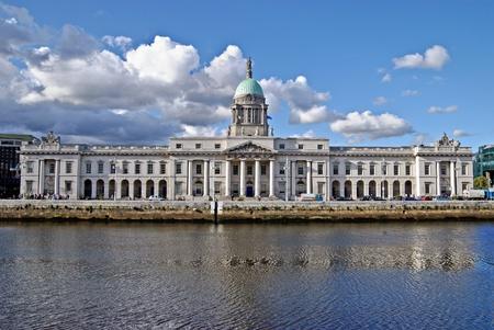 regierung: Das Custom House (Irish: Teach eine Chustaim) am Fluss Liffey ist eine klassizistische Geb�ude des 18. Jahrhunderts in Dublin, Irland, die das Departement f�r Umwelt, Kulturerbe und Kommunalverwaltung beherbergt. Editorial