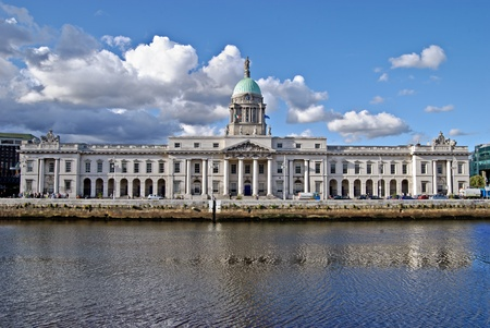 neocl�sico: El Custom House (irland�s: ense�a un Chustaim) en el r�o Liffey es un estilo neocl�sico del siglo XVIII en Dubl�n, Irlanda, que alberga el departamento de medio ambiente, patrimonio y Gobierno Local. Editorial