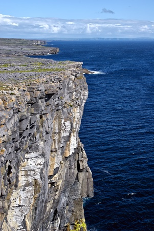 dun: Overlooking the Atlantic ocean on the cliffs on Inishmore (Inis Mór), Aran Islands, Ireland next to Dun Aonghasa fort. Stock Photo