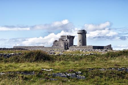 aran islands: Dun Arann Faro y la Torre Signal, de Inishmore (Aran Islands), Irlanda Foto de archivo