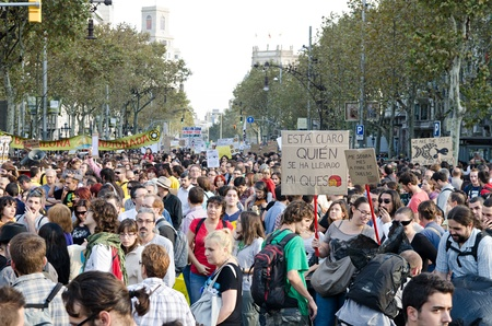 assemblies: BARCELONA, SPAIN - OCTOBER 15: More than 200.000 of citizens mobilize against the alliance between politicians and the financial elites and for a global change on October 15, 2011 in Barcelona, Spain.
