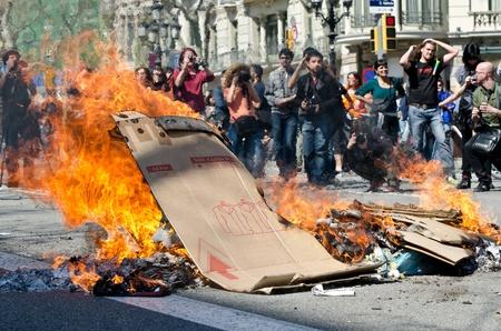 causaba: BARCELONA, ESPA�A - 29 de marzo: Uno de los m�ltiples incendios provocados por los disturbios en todo el pa�s pesadas durante la huelga general contra las reformas espa�olas laborales en el centro de la ciudad de Barcelona el 29 de marzo 2912.