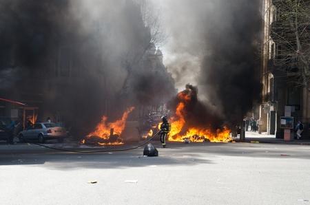causaba: BARCELONA, ESPA�A - 29 de marzo: Uno de los m�ltiples incendios provocados por fuertes disturbios en todo el pa�s durante la huelga general contra las reformas espa�olas de mano de obra en el centro de la ciudad de Barcelona el 29 de marzo 2912.