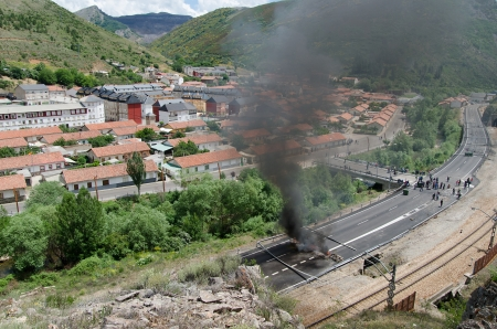 mineros: Mineros en huelga barricadas de una calle y el ferrocarril nacional para protestar contra los recortes presupuestarios en la industria del carb�n y el cierre hacia abajo de las minas el 19 de junio 2012 en Ci?, Espa�a