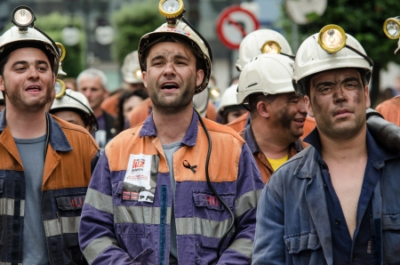 mineros: Cerca de 25.000 mineros y residentes de la zona de los mineros de Asturias se manifiestan contra cierre-downs y los recortes financieros en el sector de carbono en 18 de junio 2012 en Langreo, Espa�a