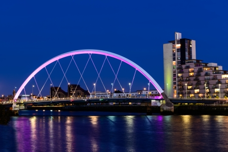 De Clyde Arc over de rivier de Clyde in de schemering, Glasgow, Schotland, UK