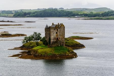 14th: Acosador del castillo, la torre de casa del siglo 14o, Argyll, Escocia