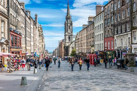 エジンバラの忙しいロイヤル マイル (Highstreet) はスコットランドの最も象徴的な通りの一つ