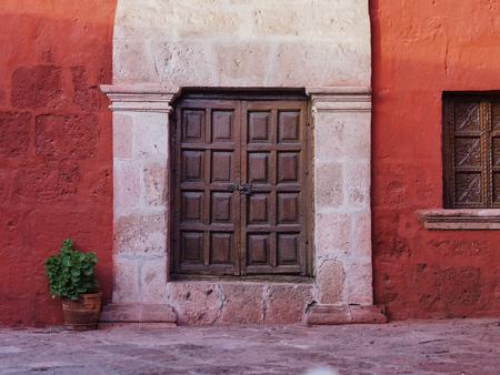 Wooden door in Santa Catalina Monastery in Arequipa, Peru Imagens