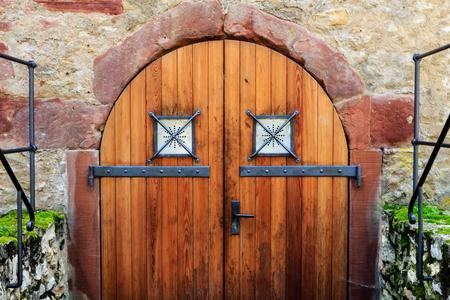 Vieille porte en bois du donjon dans une ruine de château. Banque d'images - 89555020