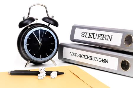 ファイルフォルダと目覚まし時計は、時間圧を象徴します。翻訳:「税金」と「保険」。 写真素材 - 91953413