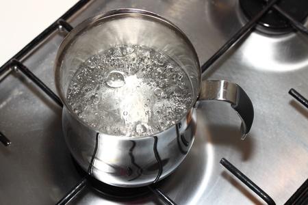 steel pan: Cocina olla al fuego con agua hirviendo