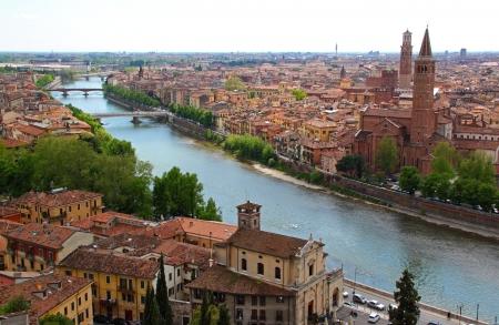 Vista panoramica di Verona, Italia (sono visibili di Santa Anastasia Chiesa e la Torre dei Lamberti) Archivio Fotografico - 13558173