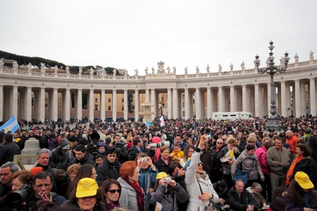 st peter: The crowd is waiting in St. Peter Square before the first Angelus prayer of Pope Francis I