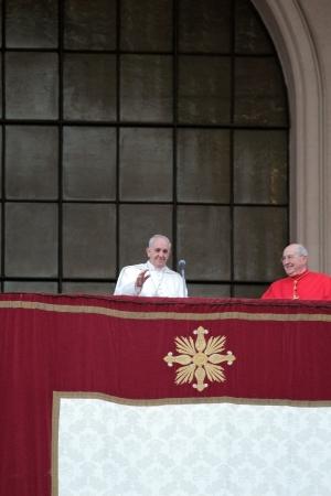 sacerdote: ROMA, Italia - 07 de abril: El Papa Francisco I durante la ceremonia de asentamiento en Archibas�lica de San Juan de Letr�n. Despu�s de la misa el Papa se asom� a la capilla central.