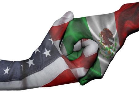 Handshake diplomática entre países: banderas de Estados Unidos y México sobreimprime las dos manos