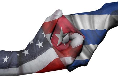 Apretón de manos diplomáticas entre países: las banderas de Estados Unidos y Cuba sobreimpresas las dos manos