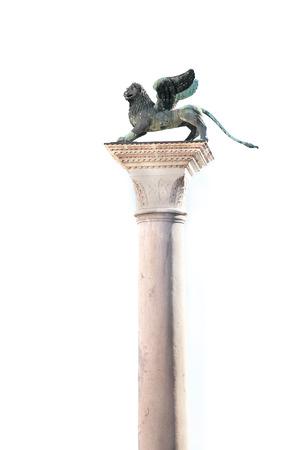 winged lion: La columna de le�n alado, s�mbolo de la ciudad de Venecia, en un cielo blanco como fondo